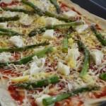 Pizza z czterema serami i szparagami