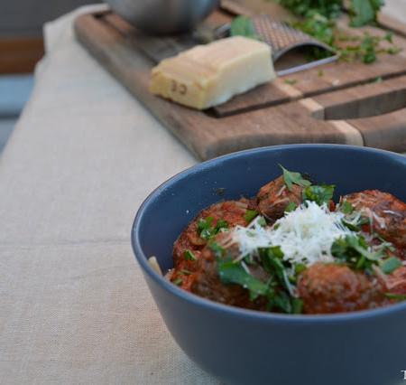 Spaghetti w sosie neapolitańskim z klopsikami mięsnymi