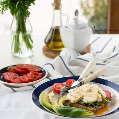 Grzanki z serem halloumi i jajkiem koszulce. Śniadanie idealne.