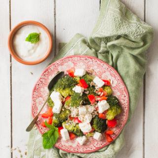 Sałatka brokułowa z fetą i papryką