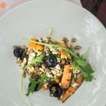 Sałatka z pieczoną marchewką, winogronami i z soczewicą