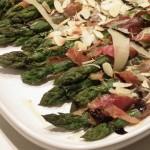 Szparagi w szynce parmeńskiej i glazurze balsamico