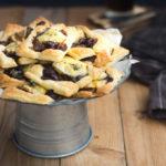 Mini tarty z camembert i konfiturą z czerwonej cebuli