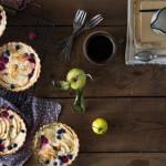 Tartaletki z jabłkami, borówkami i malinami w jogurtowej masie