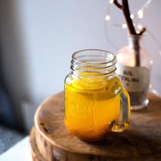 Rozgrzewająca herbatka z kurkumy, imbiru i cytryny