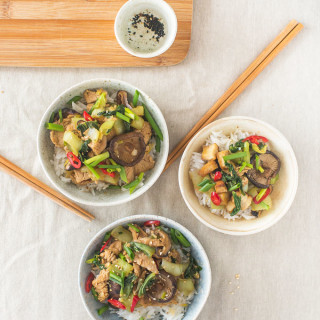 Orientalne danie z tofu, shitake i pak choy